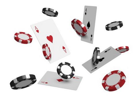 Juodi ir raudoni žetonai bei kortos - pokerio turnyras