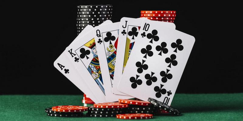 Karališka spalva ir žetonai - pokerio pradžiamokslis