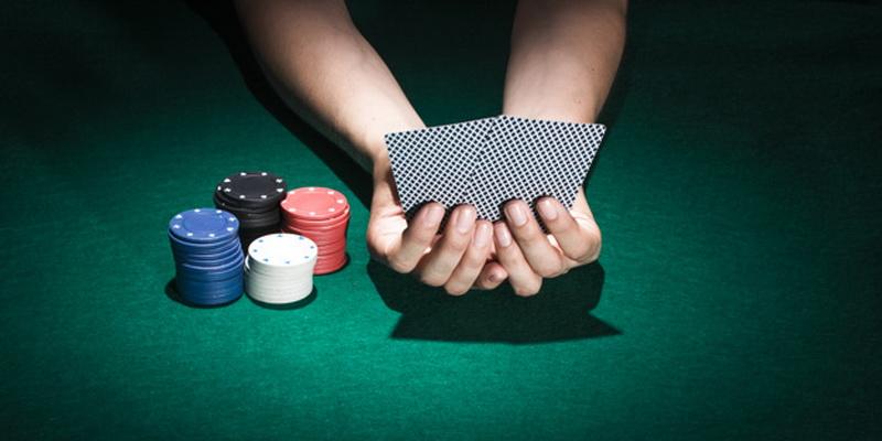 Keturios žetonų krūvelės ir dvi asmeninės kortos - pokerio patarimai