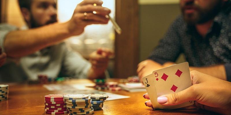 Kompanija žaidžia prie stalo ant kurio yra nemažai žetonų - teorinis pokeris