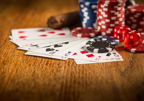 Kortos ir spalvoti žetonai - sportinis pokeris