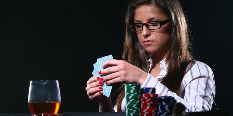 Mergina žaidžia su kortomis