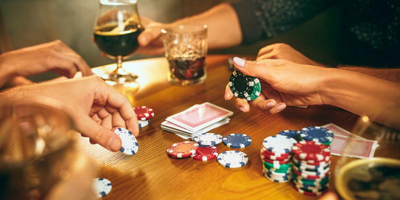 Du žaidėjai: kaip išmokti žaisti pokerį Lietuvoje